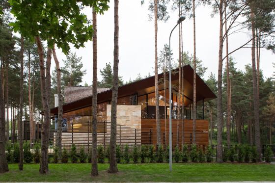 Façade de maison de campagne moderne en pierre et bois
