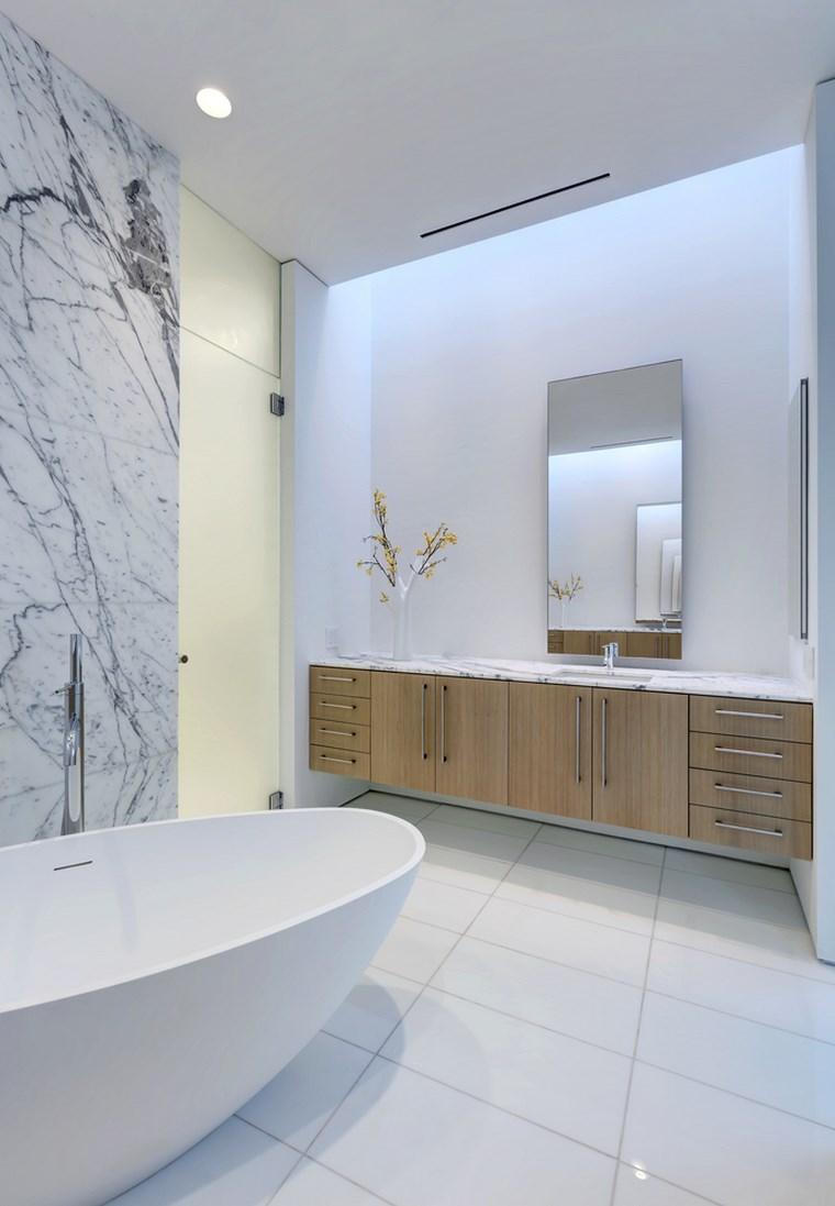 petite maison salle de bain baignoire idées de mur en marbre