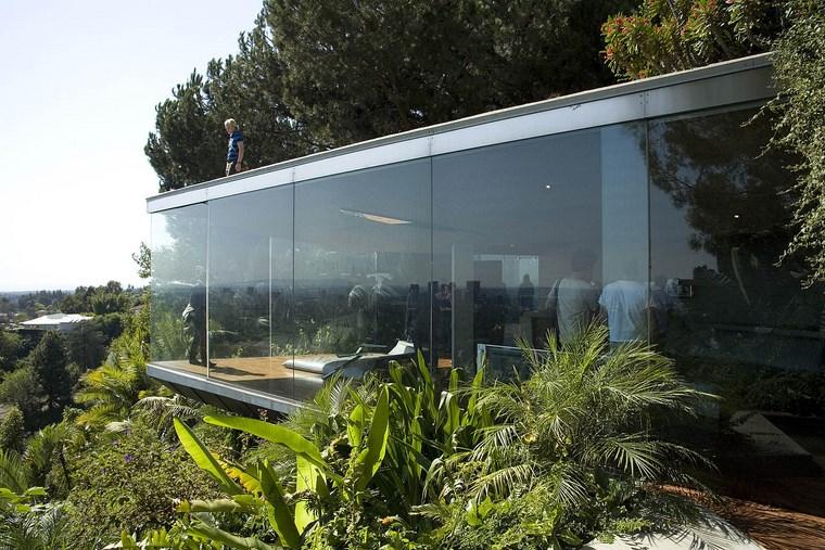 les fenêtres permettent à la lumière du soleil d'entrer dans les idées de la maison
