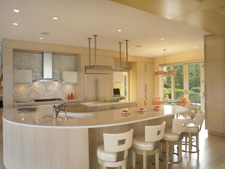 Chaises de bara en cuir blanc moderne de cuisine blanche lumineuse