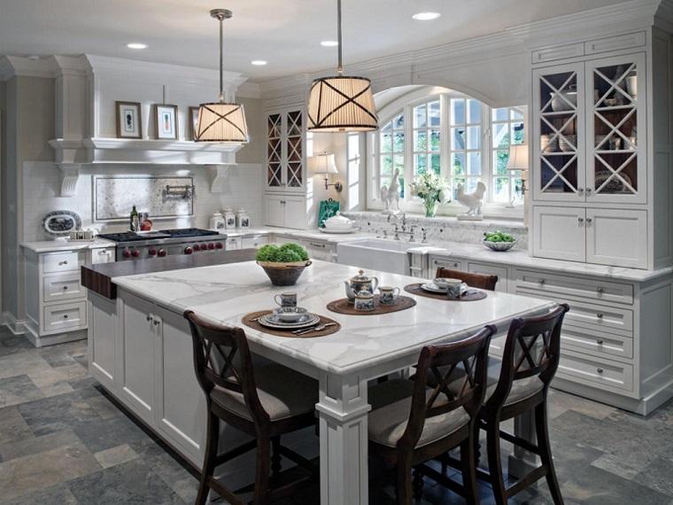 Comment concevoir une cuisine avec des armoires blanches et des chaises de comptoir en marbre