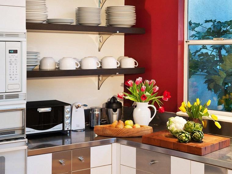 comment concevoir une cuisine étagères verres assiettes idées