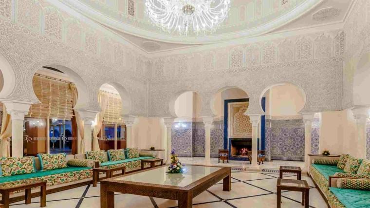 Salon spacieux de style marocain idées de table basse aux couleurs vives