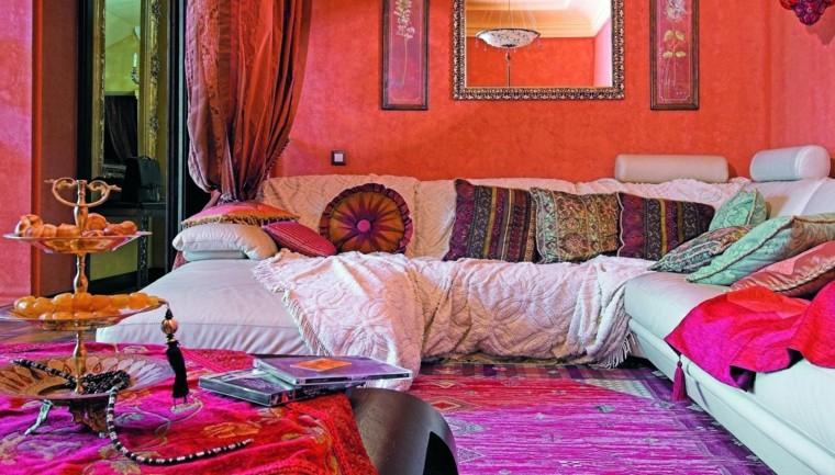 Salon de style marocain couleurs vives tissus vibrants