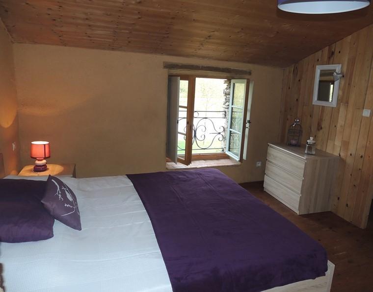 chambre de style rustique moderne avec grand lit