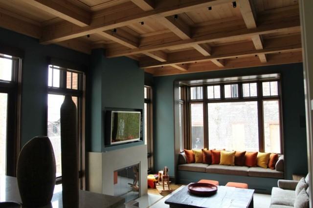 salon fenêtre carrée plafond en bois clair