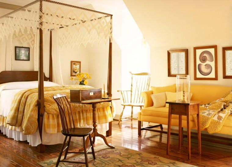 chambre à coucher avec moustiquaire jaune en bois