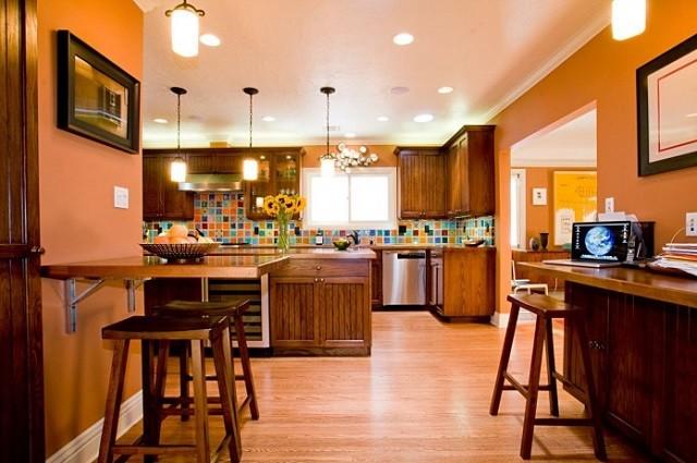 design d'intérieur avec des couleurs chaudes luminaires de cuisine chaises
