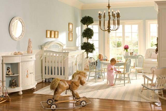 décoration des murs chambre élégantes chaises en bois chaleureux