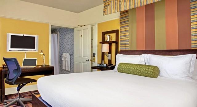 salle élégante murs chauds décoration chaises de chambre