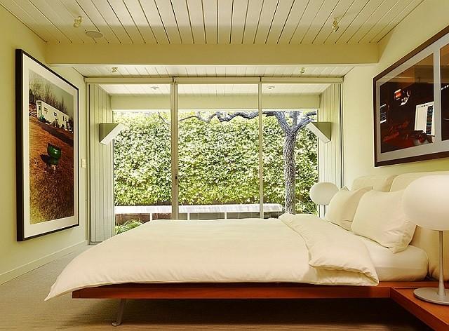 Décoration en bois de meubles de couleurs chaudes de chambre