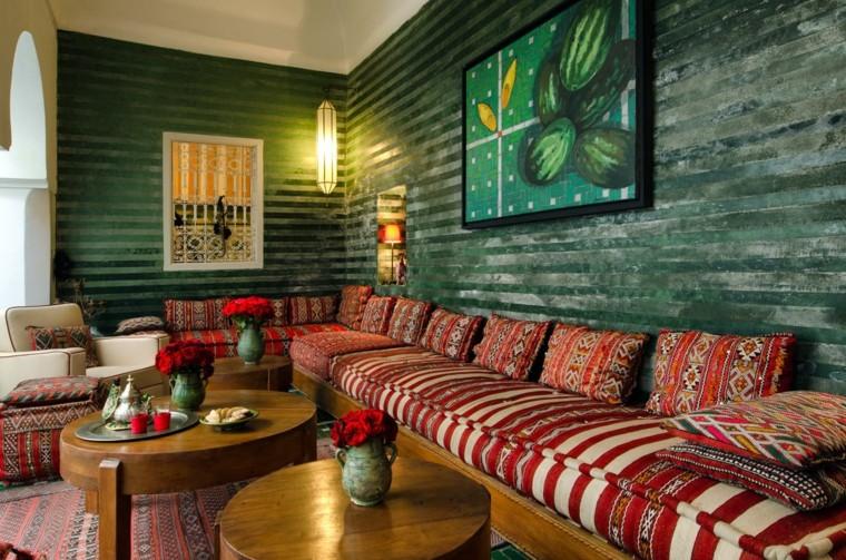 tapis rouge vibrant coussins idées originales marocaines