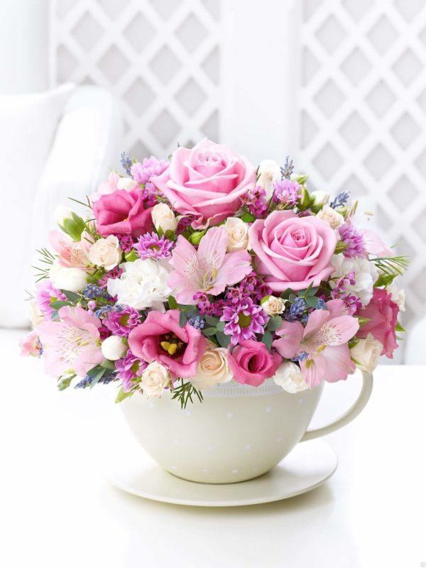Comment faire un arrangement floral avec une tasse de centre de table PHOTOS