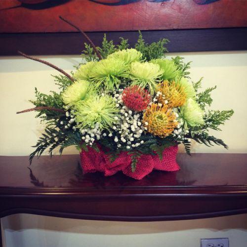 comment-faire-un-arrangement-floral-protea-et-chrysanthèmes-instagram