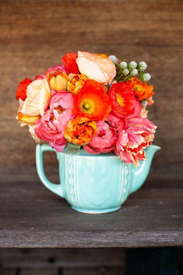 Comment faire une composition florale PHOTOS centre de table tasse bleue