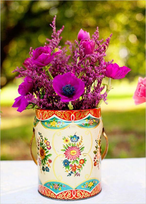 Comment faire un arrangement de fleurs au centre de la table avec des fleurs dans une boîte