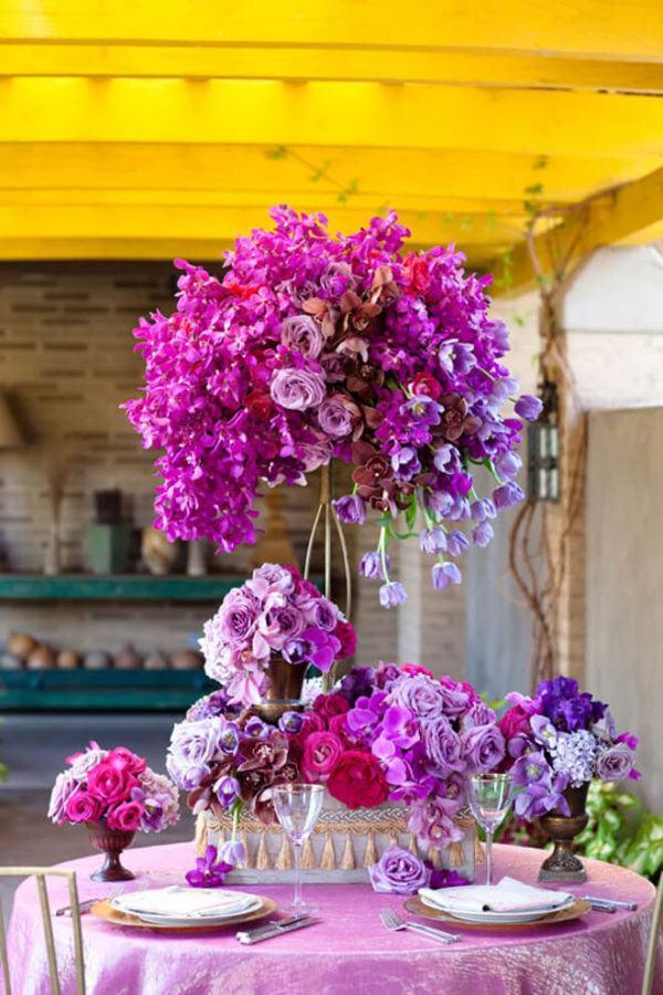 Comment faire un arrangement floral de pièce maîtresse de fleur de rose pourpre