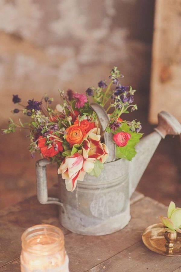 Comment faire un arrosoir de fleurs de table de centre de composition florale