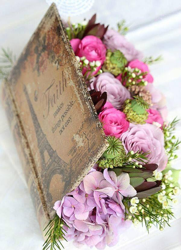 Comment faire des fleurs de table centrale d'arrangement de fleurs à l'intérieur d'un livre