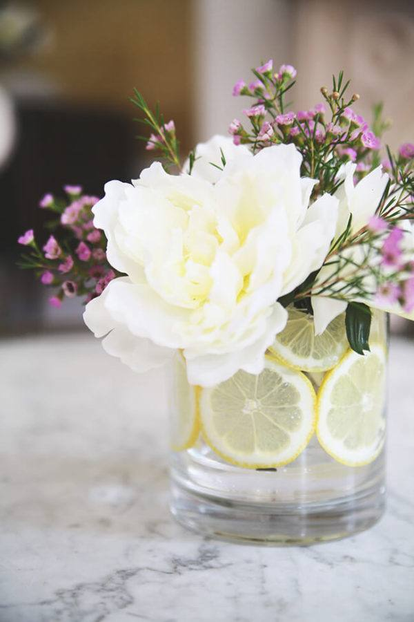 Comment faire un arrangement floral de pièce maîtresse de vase de citron
