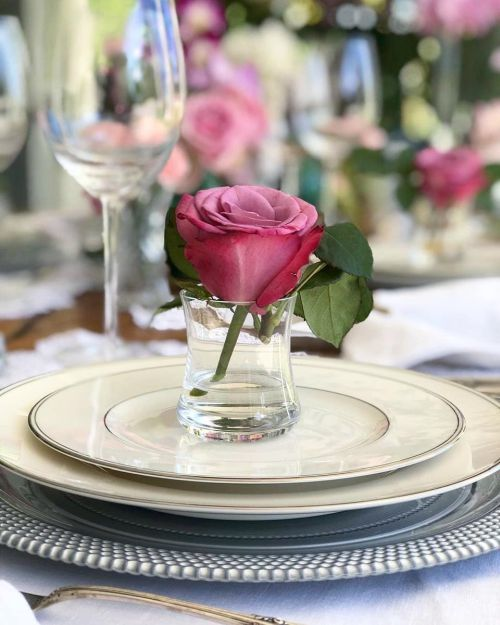 comment-faire-un-arrangement-floral-centre-de-table-fleurs-roses-dans-vase-instagram