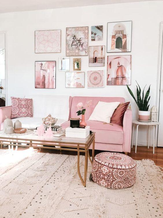 Salon avec canapé rose