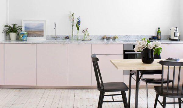 Cuisines roses design de cuisine rose avec des chaises noires au sol blanc
