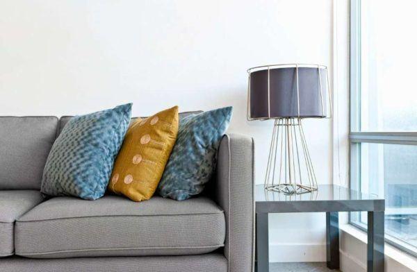 Chambres de charme salon coussins de couleur contrastée