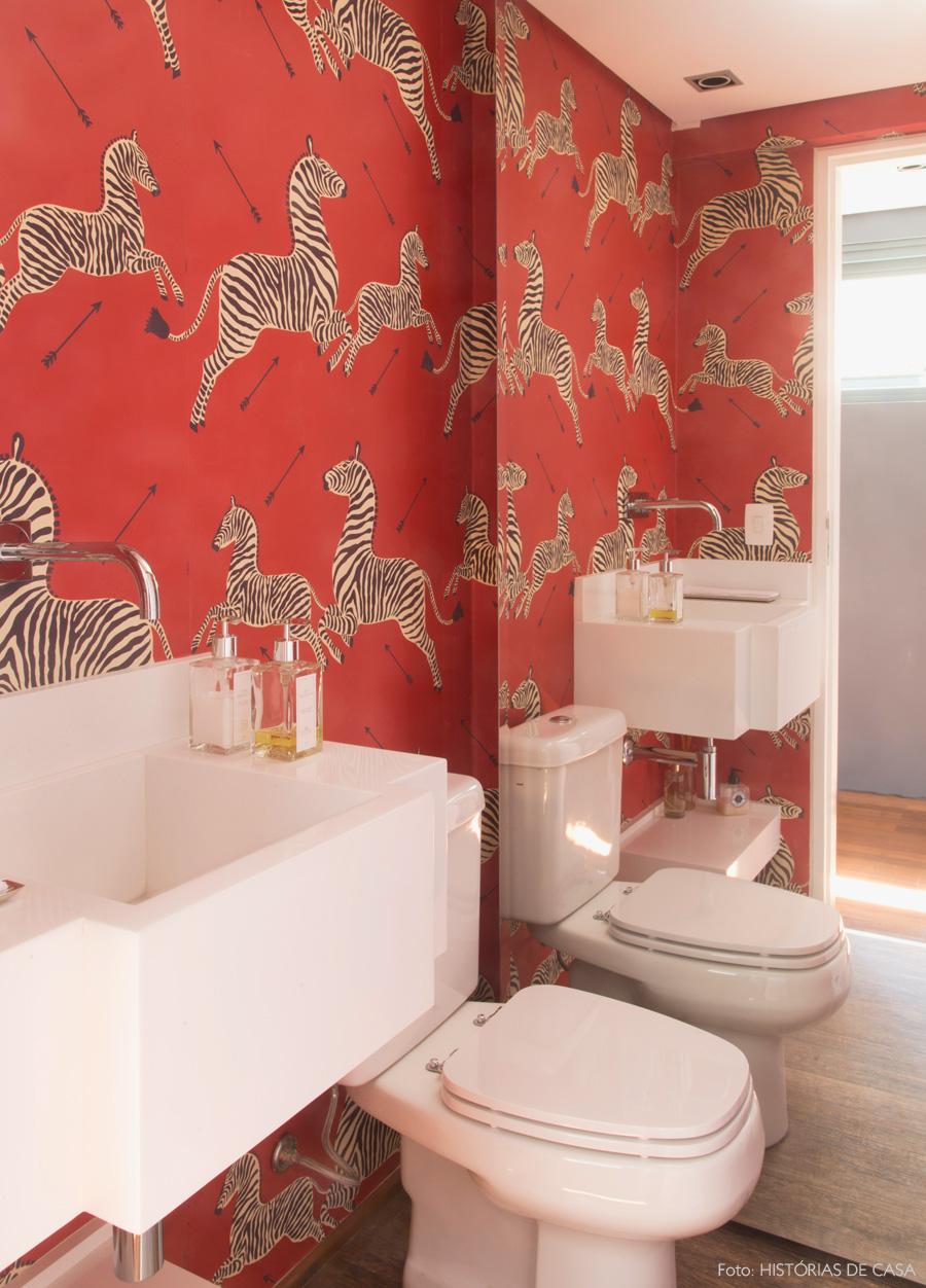 Salle de bain papier peint zèbre rouge