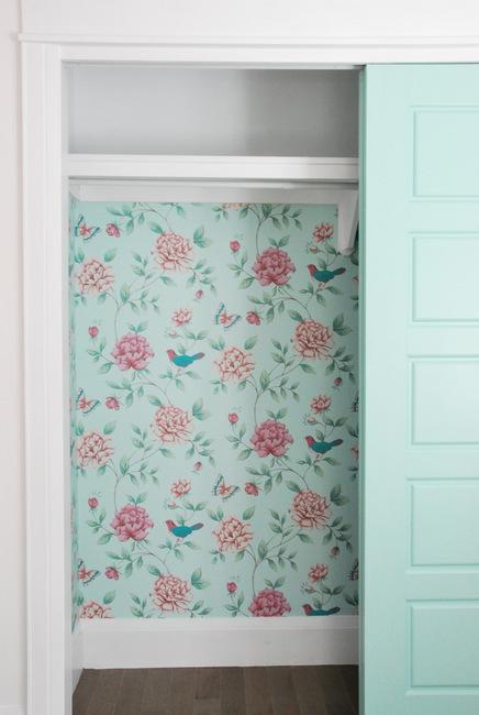 Armoire à papier peint fleuri vert et rose