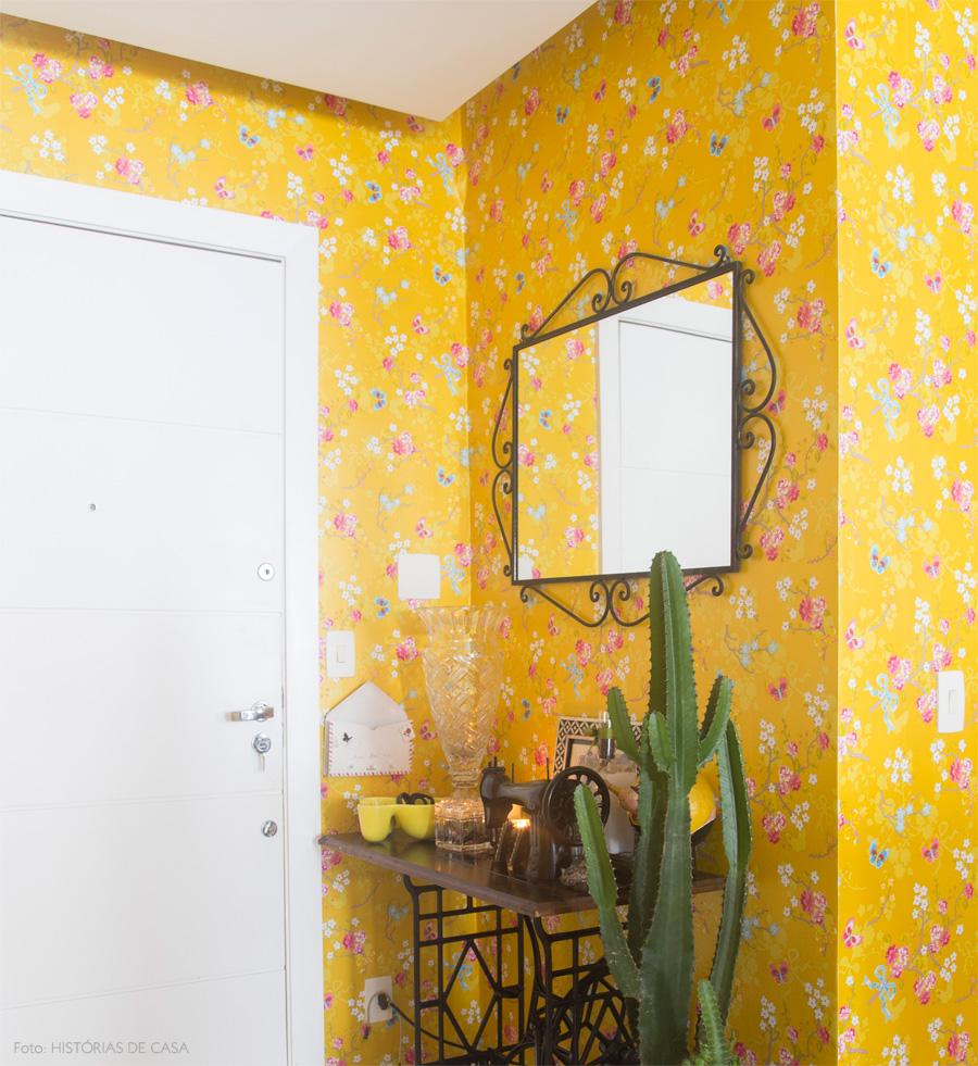Papier peint à fleurs jaune vif