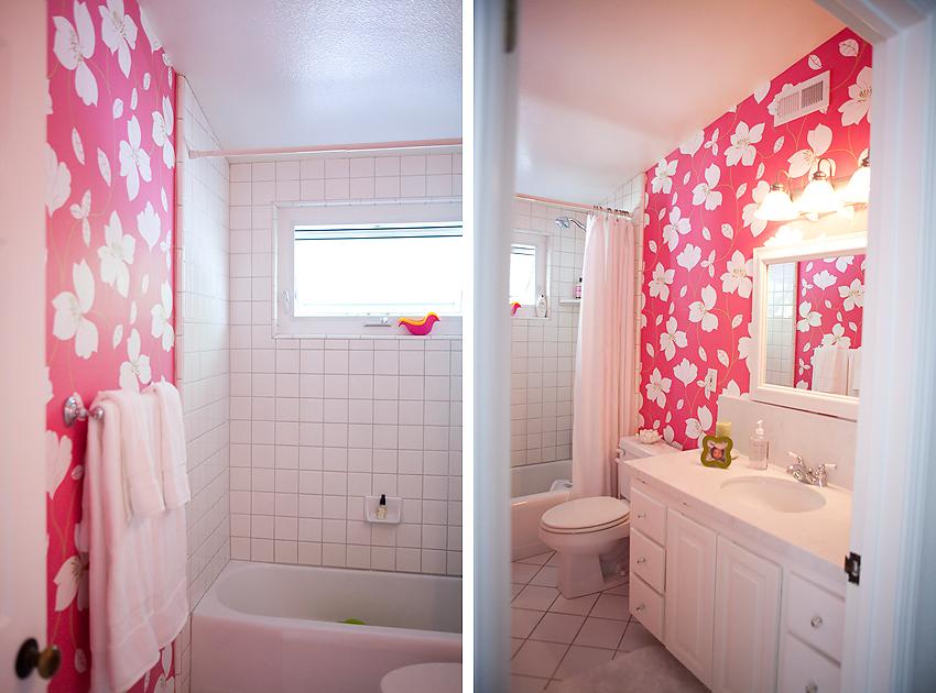 Papier peint coloré de salle de bain rose vif