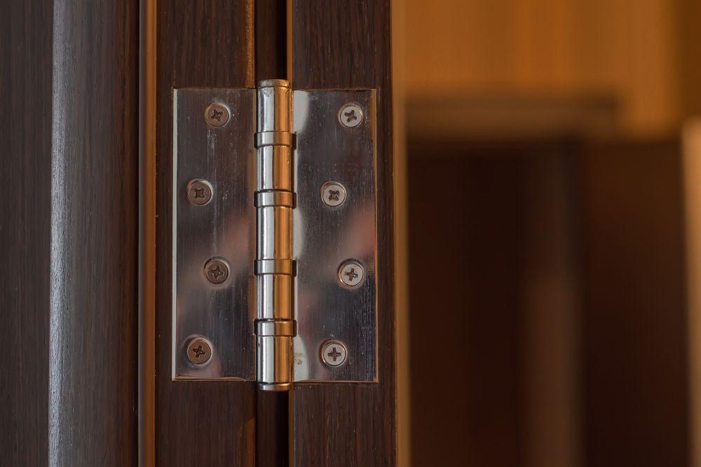 Installer les charnières de porte (1)