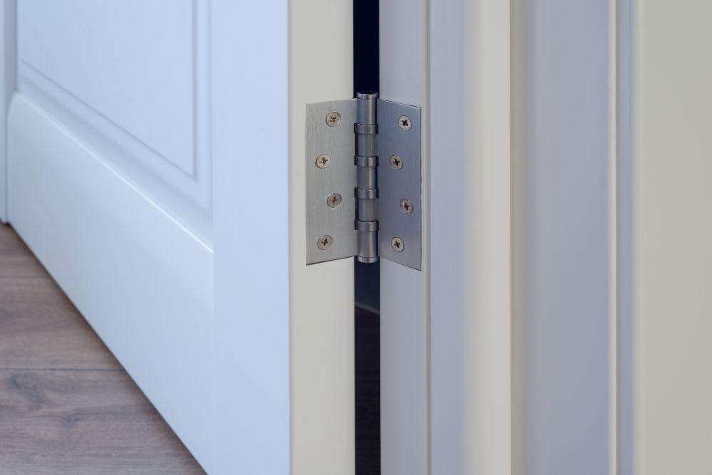 Installer les charnières de porte (4)