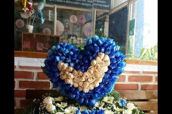 comment-faire-un-arrangement-fleur-bleu-coeur-instagram