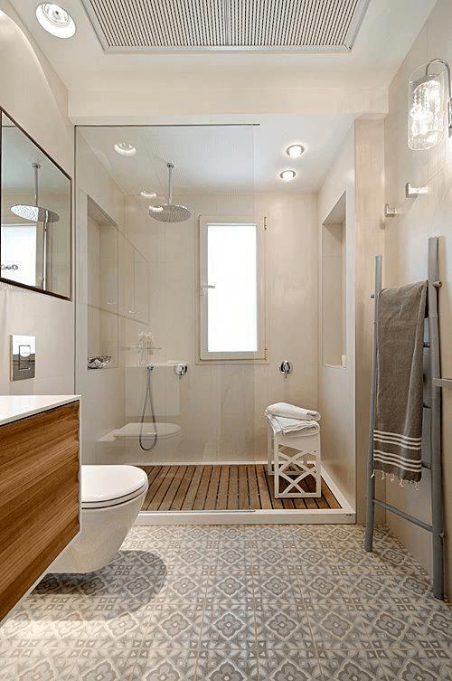 15 petites salles de bain avec douche 2021 2022 douche au sol en bois