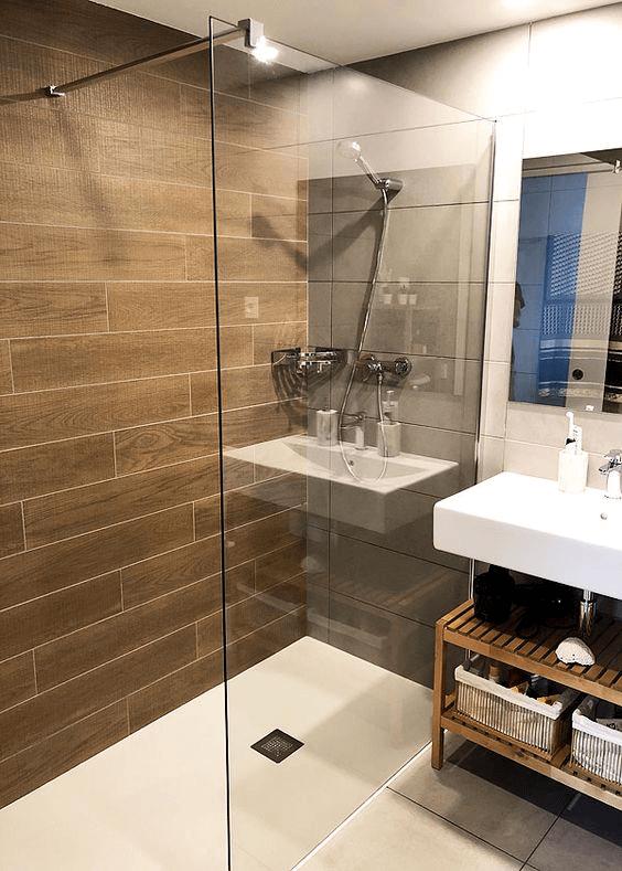 15 petites salles de bain avec douche 2021 2022 mur en bois