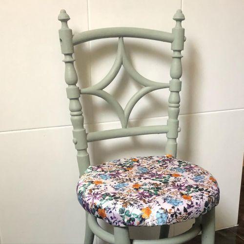 Chaise recyclée à l'aide de peinture à la craie