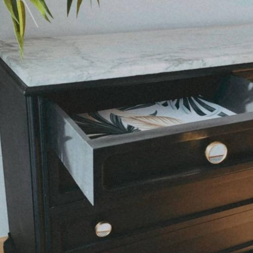 Intérieur du tiroir à peinture à la craie