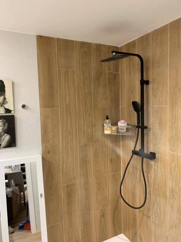 10 petites rénovations de salle de bain pour vous inspirer 2021 2022 mur de bois de salle de bain