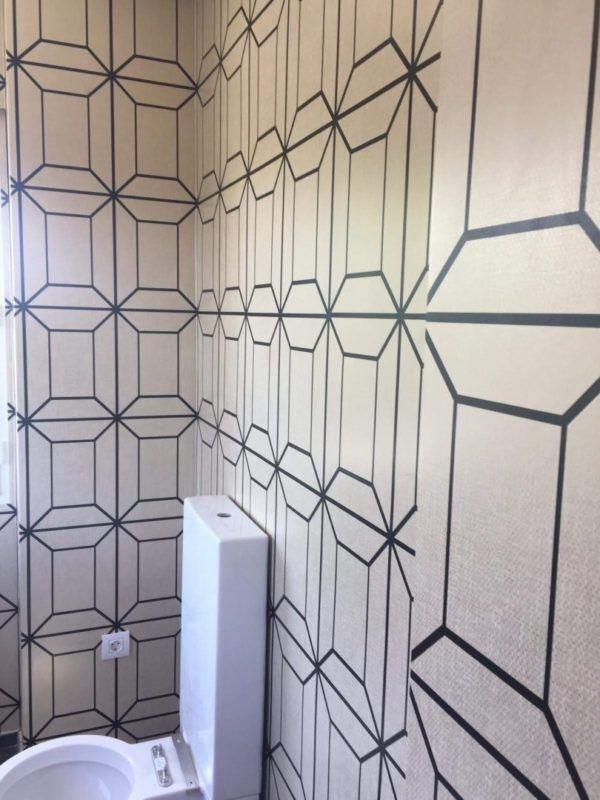 10 petites rénovations de salle de bain pour vous inspirer 2021 2022 mur à motifs de salle de bain