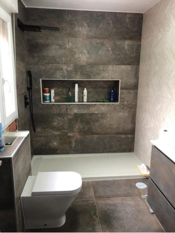 10 petites rénovations de salle de bain pour vous inspirer 2021 Murs de ciment de salle de bain 2022