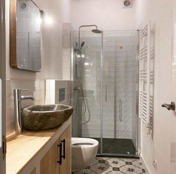 10 petites rénovations de salle de bain pour vous inspirer 2021 2022 salle de bain rustique murs blancs