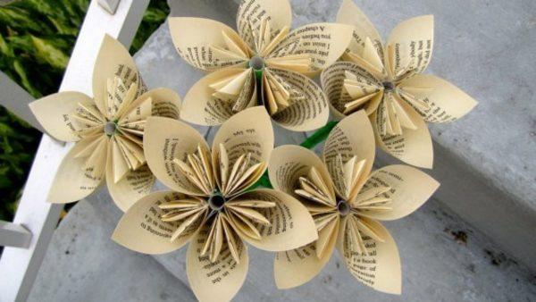 Idées de bricolage avec des fleurs en papier journal