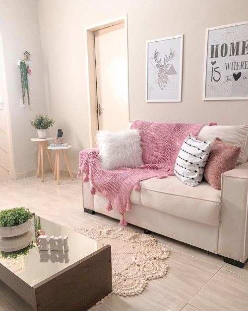 Salon avec canapé orné de couverture au crochet