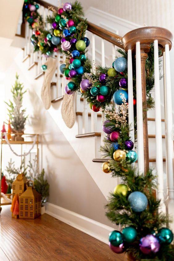 Décoration de Noël colorée de la zone des escaliers