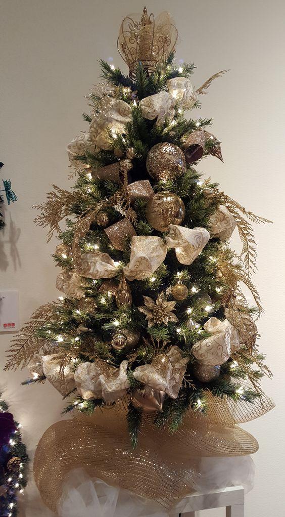 Arbres de Noël décorés d'or