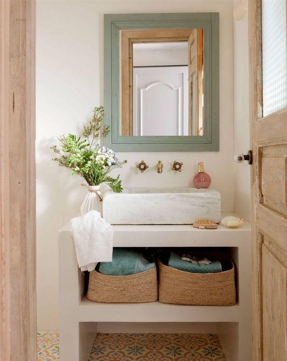 Salle de bain avec paniers en osier