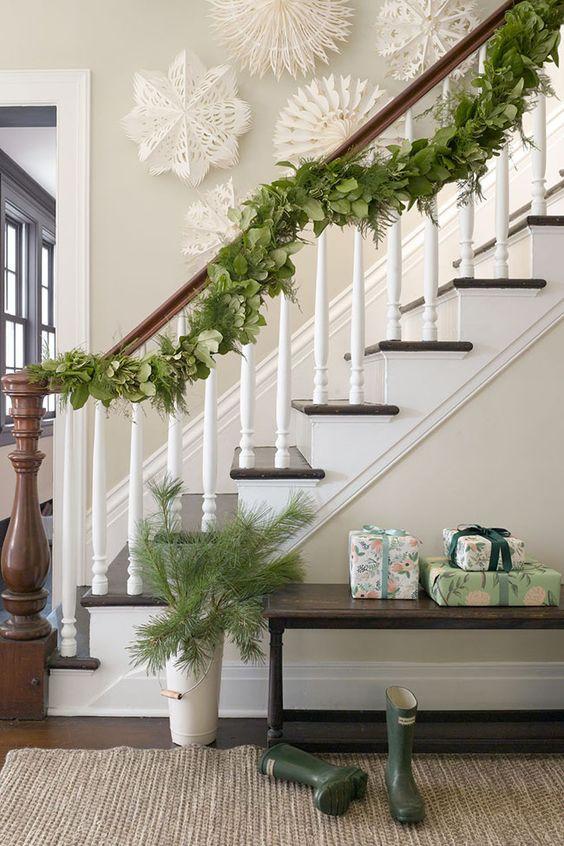 Décoration de Noël verte pour la zone d'escalier
