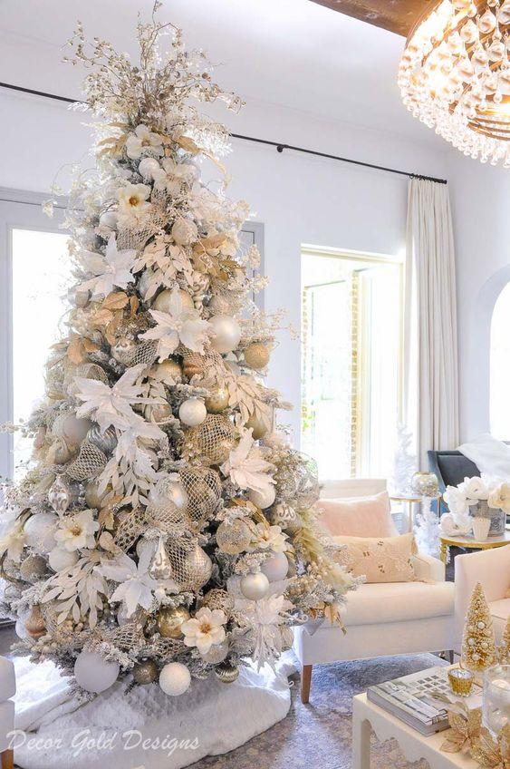 Décoration de sapin de Noël aux couleurs chaudes